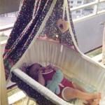 Babywiege auf dem Balkon