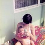 Auf den Balkon Baby im Arm von Silvia