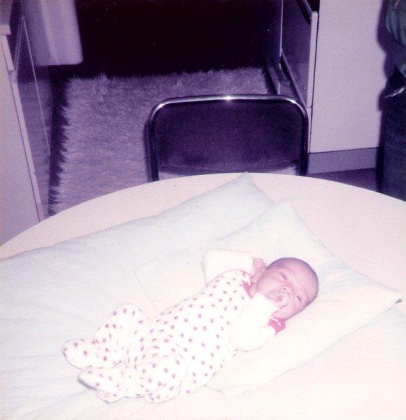 Baby liegt auf den Küchentisch
