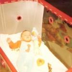 Baby liegt im Laufstall