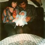 Mama und Papa und ich auf dem Sofa