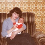 Tante Kiki mit mir auf dem Sofa