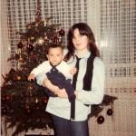 Meine Schwester Silvia trägt mich zu Weihnachten im Arm