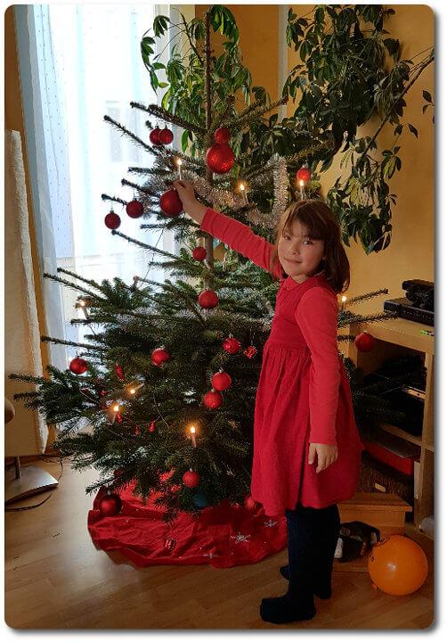 Ariane schmückt den Weihnachtsbaum
